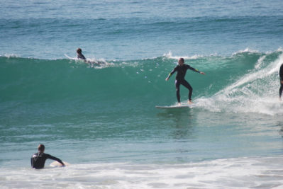 Coaching beginner surf session in holidays